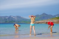 Сбор ракушек после купания на Rorvikstranda
