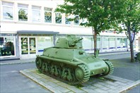 Французский танк Hotchkiss H35 на площади перед музеем