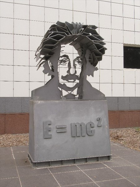 Памятник Эйнштейну.
