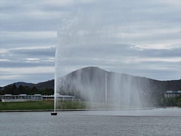 Фонтан на озере Берли-Гриффин, часть мемориала капитана Кука.