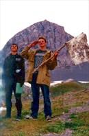 Рома и Леха идут водружать стекло-флаг на ближайшую вершину