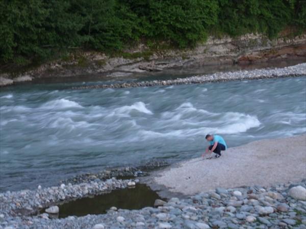Женя ловит рыбу