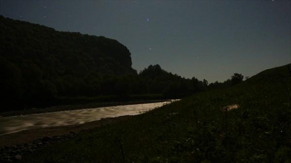 на фото: Ночная река