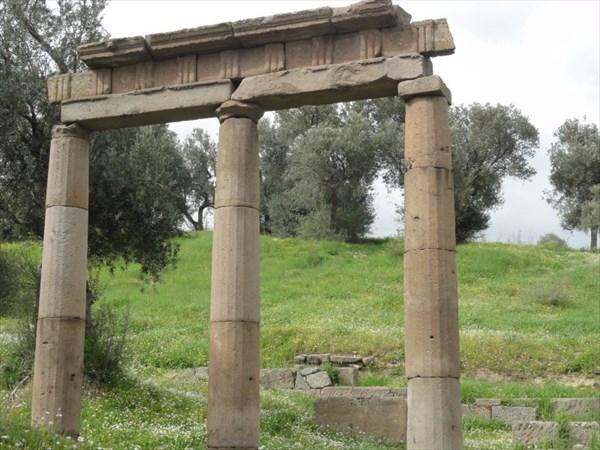 Остатки портика с дорическими колоннами.
