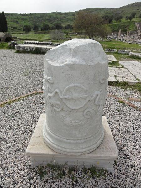 Копия основания статуи со змеей.