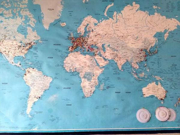 Карта в хостеле `Одиссей`, где отмечены города гостей.