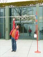 Перед входом в Олимпийский музей...