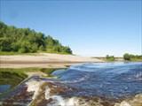 Вода в реке Парабель темная, кофейная ,наверное из за торфа