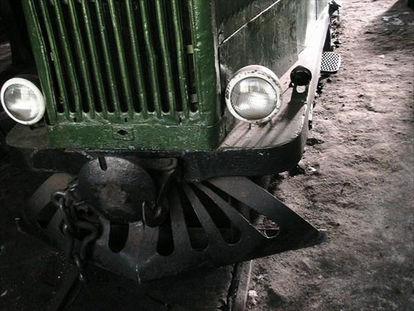 легковая машина на рельсах