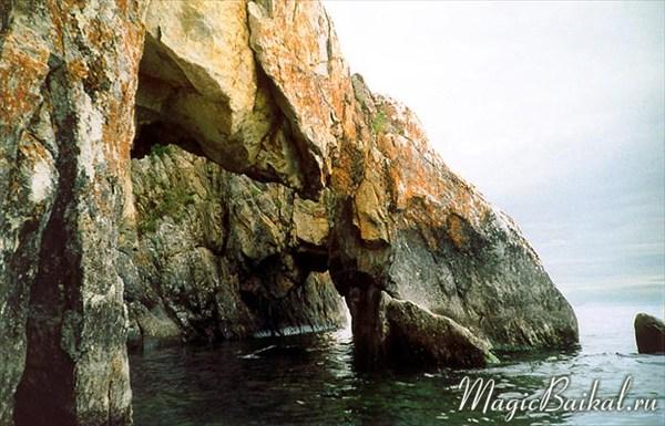 Грот Колодец вблизи залива Хага-Яман