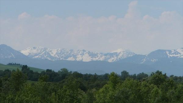 Суровые снежные горы