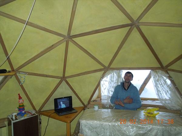 Купол из брусков держит крышу из тюков соломы, обмазанных глиной
