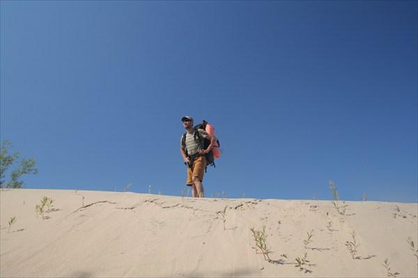 Рома забрался на дюну, оценивая масштабы песочницы:)