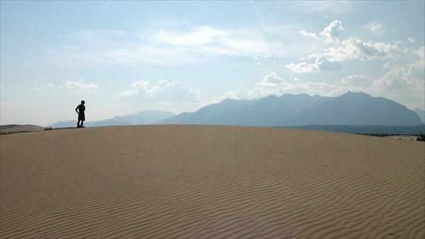 В целом, кажется, что пустыня плоская...