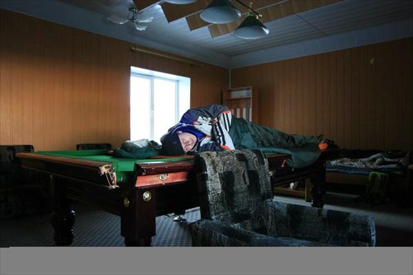 переночевали в бильярдном зале санатория