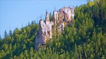 Среди тайги пока отдельные группы скал