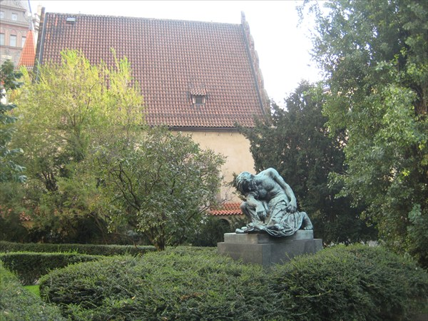 Moses_statue_near_Oldnew_Synagogue_in_Prague