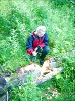 Егор перерубает малюсеньким топором огромное дерево