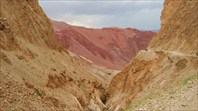 Дорога проходит по отвесной скале.