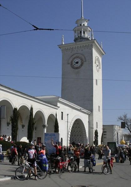 Отчетное фото на вокзале Симферополя.