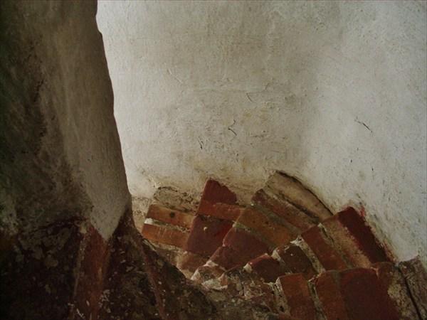 Винтовая лестница в стене.