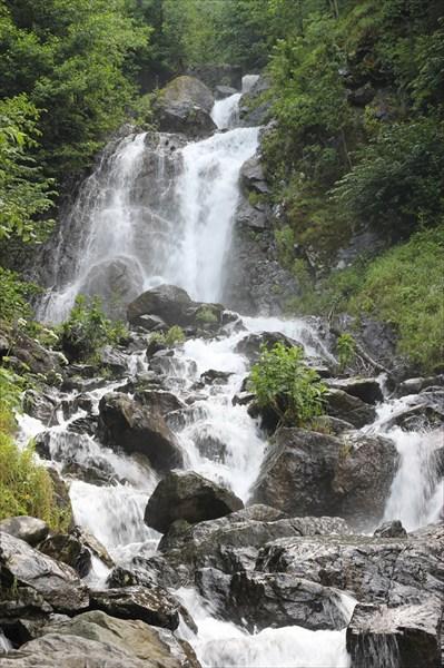 Водопад у озера