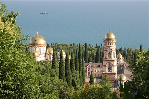 на фото: Новоафонский монастырь