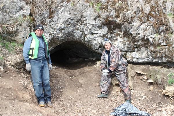 У входа в пещеру Медвежья.