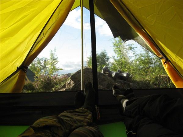 Вид из палатки, камень у входа убрать невозможно - часть горы.