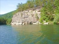 Скальный выход в устье реки Белая