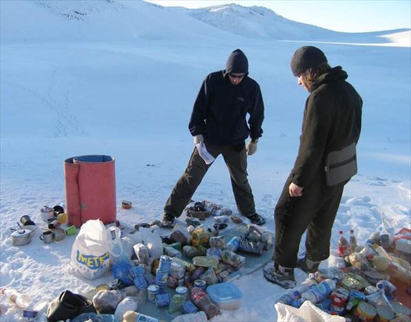 на фото: Саша Измайлов (строгий завхоз) считает продукты.