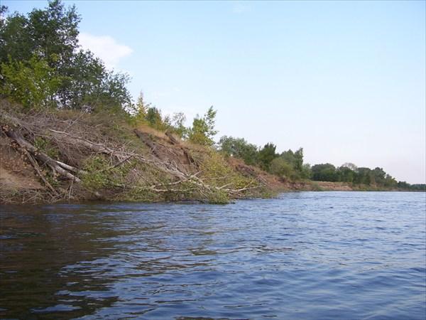 Вода ежегодно подмывает берега