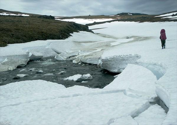 Переход по снежному мосту через приток р. Изъякырью