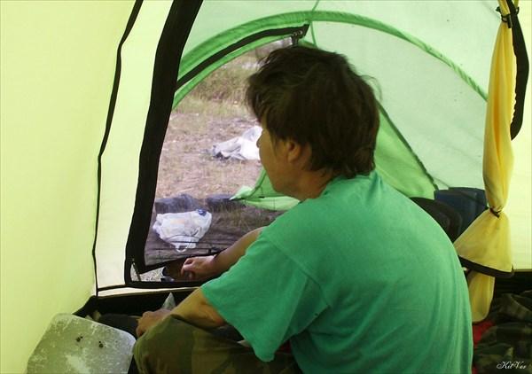 Ремонт катамарана в палатке