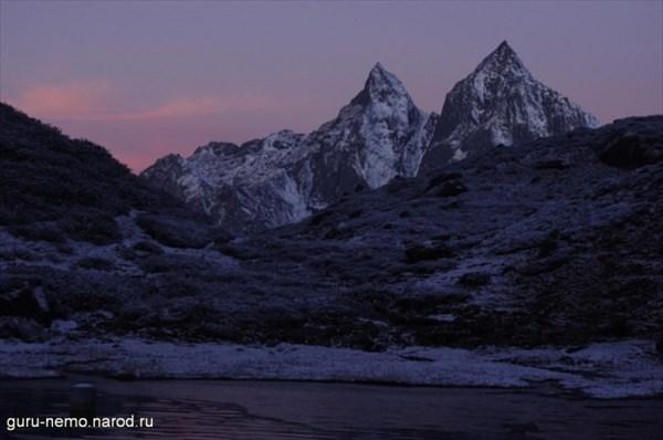 Рассвет на берегу озера Kalo Pokhari