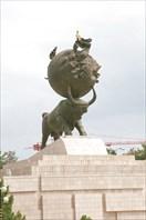 Центр Ашхабада. Памятник жертвам землетрясения.