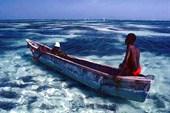 Местный рыбак у одного из островов Коморос