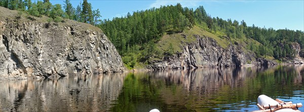 Первые скалы после притока Каренга