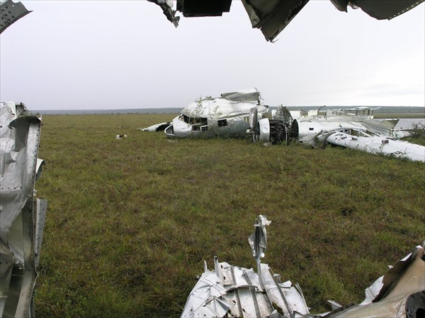 Останки самолёта на Тукалане