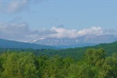 Суровые горы отдалились