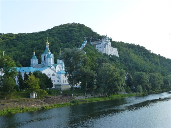 на фото: Святогорская Лавра