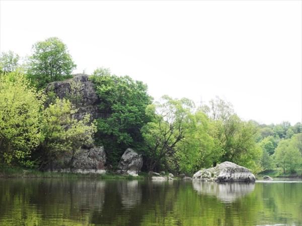 Камень за Соколинцами и пещера наверху