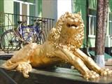 Лев раньше сидел с другой стороны несохранившегося дворца