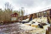 Напротив ГЭС есть благоустроенное место с костровищем
