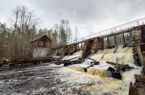 на фото: Напротив ГЭС есть благоустроенное место с костровищем
