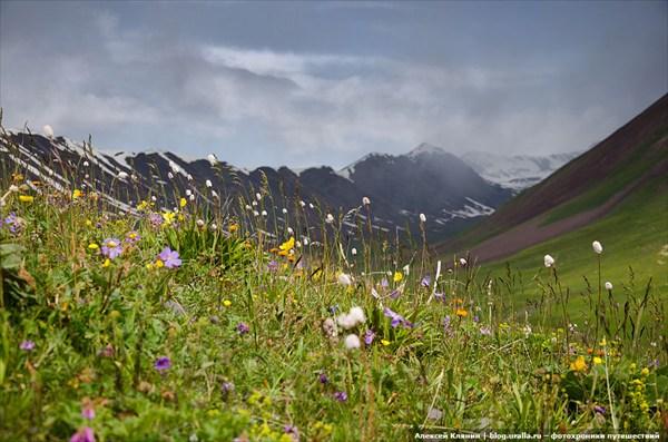 Гроза и солнце в горах