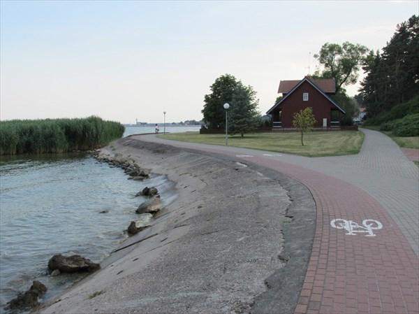 """Ну и, действительно, """"велодорожка вдоль моря"""". Но короткая."""