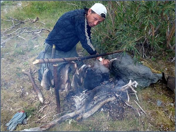 Подсушивааю рыбку на костре