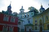 Успенская (XV в) и Покровская (XVIII в) церкви.