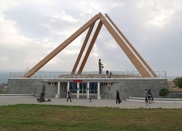 """Монумент """"Русская учительница"""""""